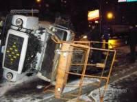 Киев. Скользкая дорога и неизвестный лихач заставили кувыркаться грузовик с автовышкой. Фото