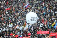 В Москве началась давка. Люди лезут на деревья, эксперты боятся, что под толпой обрушится мост