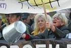 Черниговские предприниматели пикетируют здание горсовета. Их «радушно» приняли, забросав дымовыми шашками