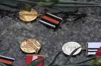 Донецкие чернобыльцы принесли чиновникам елку, украшенную решениями судов