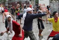 На Филиппинах жители трущоб с рогатками наперевес пытаются спасти свои дома от сноса. Фото
