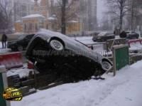 В Киеве водитель «Дэу», не справившись с управлением, улетел в канаву. Фото
