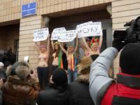 Барышни из FEMEN так и не смогли посадить Ландика. Зато получили по голове от «поклонниц» Ромы. Фото