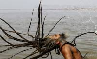 Сотни индусов на берегу Ганга. Такое зрелище можно увидеть только раз в жизни. Фото