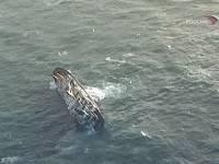 В Азовском море тонет сухогруз. Люди спасаются, высаживаясь на льдины