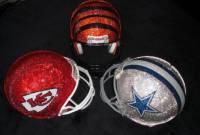 Гламур для суровых американских мужчин – футбольные шлемы в кристаллах Swarovski. Фото