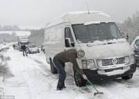 Снег метет, а они едут. Хмельницким спасателям пришлось выкапывать очередных автолюбителей из сугробов