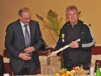Зарежешься сам, если что… Глава Дагестана подарил свежеиспеченному тренеру «Анжи» кинжал