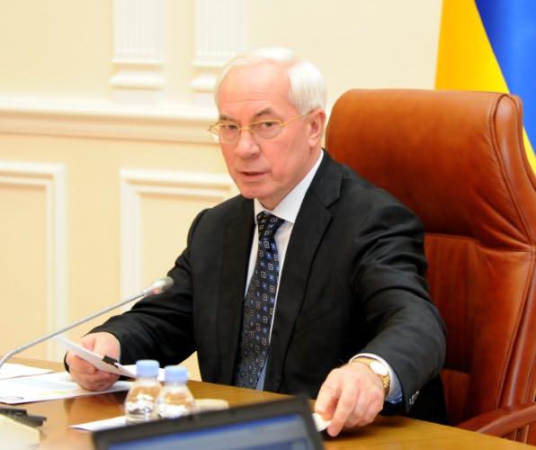 Азарова обидел недовольный автолюбитель. Премьер пообещал «отомстить» дешевым топливом
