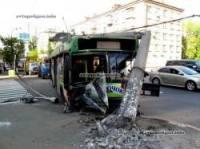 В Киеве переполненный троллейбус буквально срубил столб