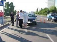 В Киеве пьяные пешеходы набросились с кулаками на водителя, который пропустил их на «зебре»