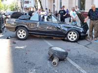 В Одессе кабриолет умудрился протаранить сразу пять машин. После чего «поцеловал» столб