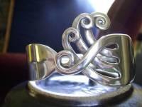 Прежде, чем подарить своей девушке кольцо, узнайте из чего его сделали. Это может быть обыкновенная вилка