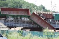 В Киеве столкнулись грузовые поезда. Вагон повис над проезжей частью