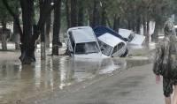 Свидетели наводнения на Кубани рассказывают, как волной сносило гаражи, а машины бросало на балконы жилых домов