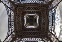 Взгляд на Эйфелеву башню с необычного ракурса