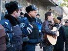 На оскандалившемся округе Пилипишина люди весь день пели песни и рисовали плакаты