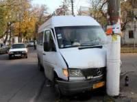 В суровом Николаеве переполненная маршрутка, чтобы избежать столкновения с машиной, влупилась в столб