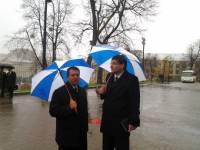 Прокуроры мокнут под дождем, ожидая Януковича
