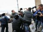 Повесить мемориальную табличку Ярославу Мазурку на ТРЦ «Караван» не получилось. Зато драка получилась на славу