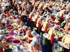 Благотворительность по-корейски. В Сеуле 25 тысяч добровольцев закатили грандиозный обед для бедняков
