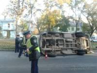 В Одессе маршрутка, врезавшись в мусоровоз, перевернулась. Пострадали два человека