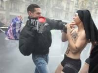 В Париже религиозные фанатики избили полуголых «монахинь» из Femen
