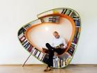 Идеальная книжная полка - это полка, на которой книги можно не только хранить, но сразу же и читать