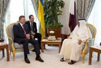 Вот это - настоящая демократия. Януковича в Катаре встречали... в пляжных шлепанцах