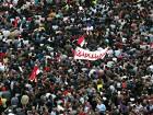 Египетская полиция пытается разогнать местный «майдан» слезоточивым газом и дубинками. Манифестанты отвечают коктейлями Молотова
