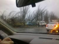 Ураганный ветер валит в Одессе деревья, парализовав движение трамваев