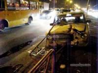 В Киеве ВАЗ снес ограждение и чуть не сбил людей на остановке