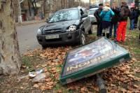 Одессит умер за рулем своего джипа и снес рекламный щит
