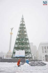 На столичном Майдане уже начали собирать новогоднюю елку. Пока, опять похоже на конус