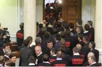 Этот бы задор да в мирных целях. Нардепы за один день принесли присягу, переругались, подрались, создали 5 фракций и сломали парламентский забор. Картина дня (12 декабря 2012)
