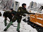 Служу народу Украины. Двухмесячную норму снега с киевских улиц убирают солдаты и милиция
