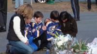 Американский поселок, в котором расстреляли школьников, стал местом всеобщего паломничества