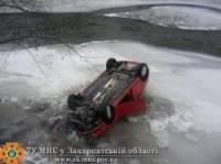На Закарпатье Volkswagen вылетел в Тису. Благо, река замерзла