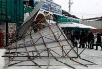 Убирать снег с крыш у нас как-то не принято. На Демеевском рынке из-за этой «традиции» рухнул навес