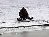 На Кировоградщине рыбак так затарился «согревающим», что без спасателей до берега добраться уже не мог