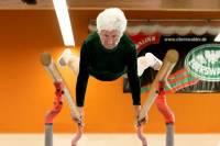 Старость, перед которой хочется снять шляпу. В 87 лет бывшая спортсменка творит в спортзале невообразимые вещи