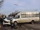 В Керчи водитель «Шкоды» не посчитал нужным уступить дорогу маршрутке. Два человека поплатились за это своим здоровьем
