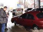 В Киеве на месте, где когда-то собирались строить многоэтажку, земля стремительно ушла из-под колес «Ланоса»