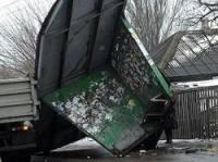 В Мариуполе мусоровоз снес остановку и вылетел в огород