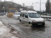 В Киеве знатно прорвало трубу. Машины по улицам почти плавали
