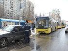 В Голосеево один неправильно припаркованный «Мерседес» заблокировал все движение троллейбусов