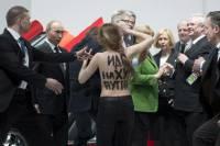 Активистки движения FEMEN сильно удивили Путина и Меркель своими прелестями
