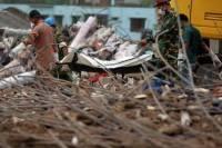 Под завалами рухнувшего в Бангадеш здания нашли живую женщину. А число жертв уже перевалило за тысячу