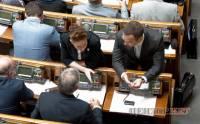 Как народные избранники Азарова слушали: кто спиной, кто, уткнувшись в книжку