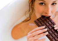 Хотите понравиться женщине - не экономьте на конфетах. Ученые выяснили, что женщины зависимы от шоколада с рождения